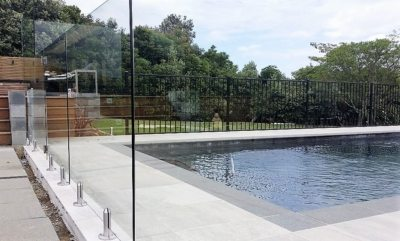 Large corner glass panel to keep to safety standards with deck