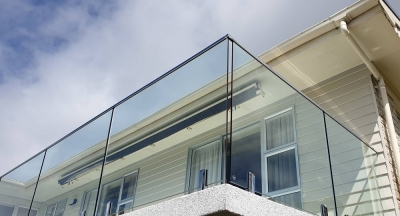 Glass with top rail